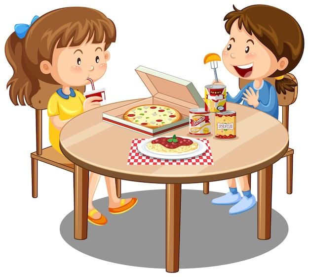 Dos linda chica disfrutan comiendo con comida en la mesa sobre fondo blanco.
