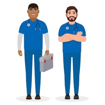Dos médicos varones de diferentes nacionalidades étnicas, trabajadores de ambulancias.