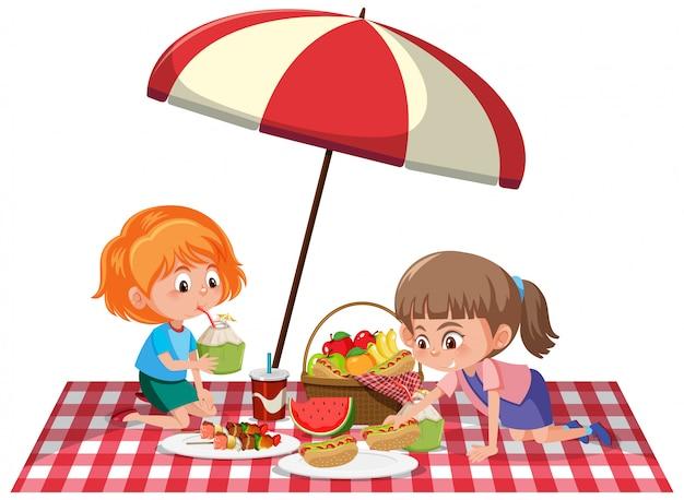Dos muchachas que tienen comida campestre en el fondo blanco