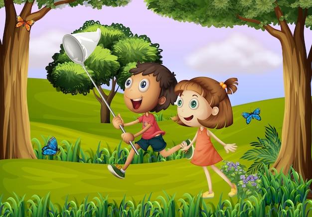 Dos niños jugando en el bosque con una red.