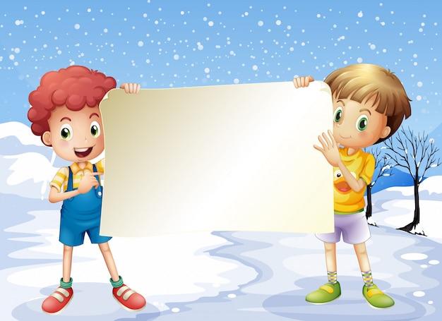 Dos niños sosteniendo una señalización vacía.