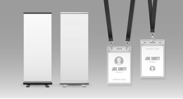 Dos pancartas verticales enrollables con espacio para texto e insignias de plástico, bolsa sellada con cordones. stand de feria en blanco y en blanco y tarjeta de identificación aislada sobre fondo gris.