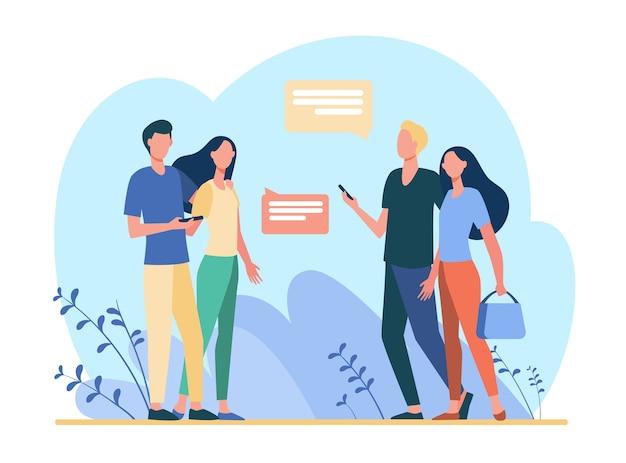 Dos parejas con teléfonos caminando y reuniéndose afuera. hablar, conversación, ilustración plana de burbujas de discurso.