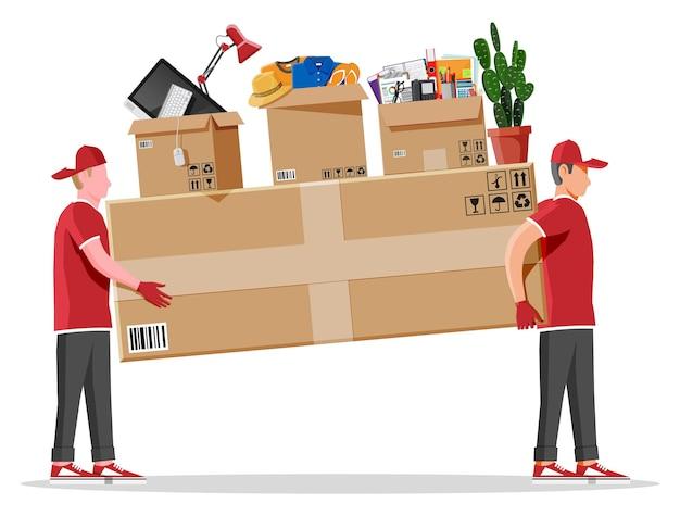 Dos trabajadores mover al hombre sosteniendo y llevando una caja de cartón