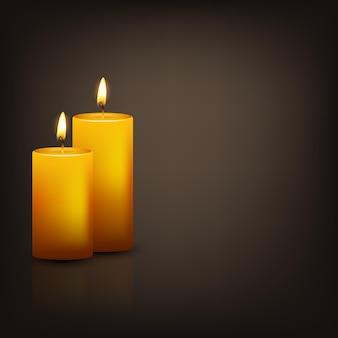 Dos velas amarillas realistas en la oscuridad con reflejo.