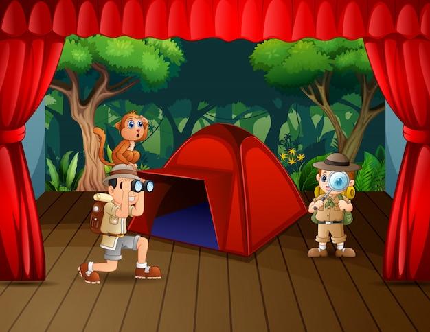 Drama de campamento el explorador en el escenario