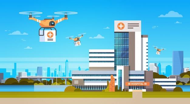 Drone con cajas vuela sobre edificios modernos, concepto de entrega de transporte aéreo