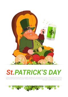 Duende hombre sentado en armchait y bebiendo cerveza en el fondo de la tarjeta del día de san patricio
