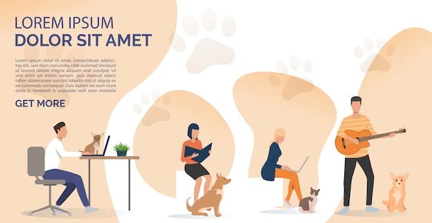 Dueños de mascotas leyendo un libro, trabajando en computadoras portátiles y tocando la guitarra