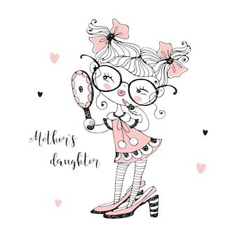 Una dulce niña encantadora en los zapatos de su madre se mira en el espejo.
