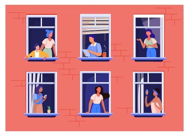 Edificio de apartamentos con personas en espacios de ventanas abiertas