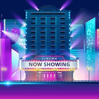Edificio de cine en el fondo de la ciudad