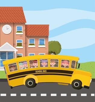 Edificio escolar y autobús con niños en la escena del camino.