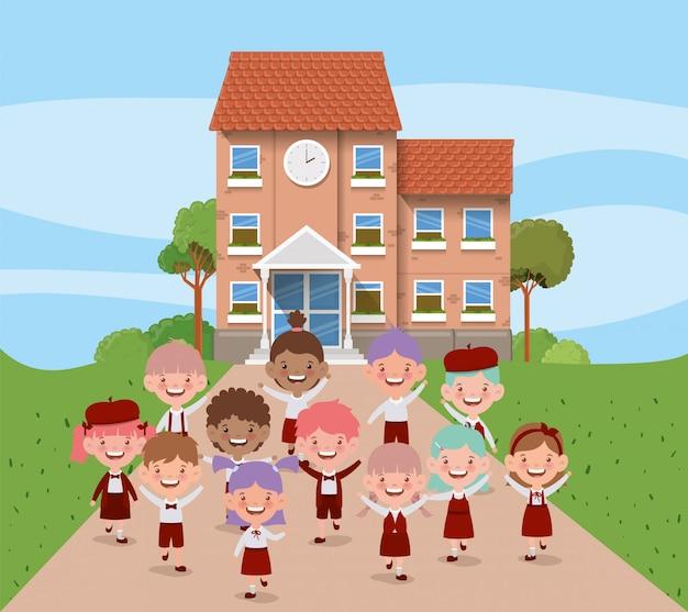 Edificio escolar con niños interraciales en la escena del camino.