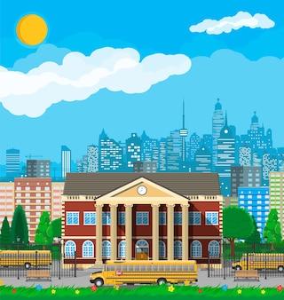 Edificio de la escuela clásica y paisaje urbano. fachada de ladrillo con relojes. institución educativa pública y autobús. organización de colegio o universidad.