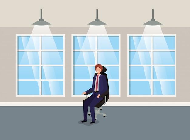 Edificio del pasillo con hombre de negocios sentado