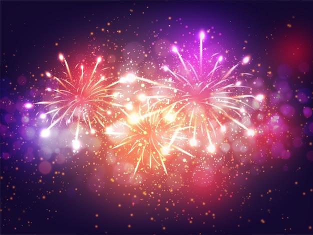 Efecto luminoso de los fuegos artificiales coloridos en el fondo púrpura para el concepto de la celebración.