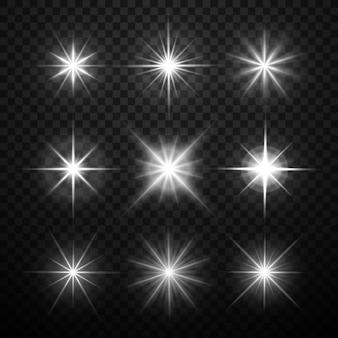 Efectos de luz brillante, las estrellas estallan con destellos aislados sobre fondo a cuadros transparente. vect