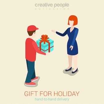 Ejemplo isométrico del concepto de la entrega del regalo del mensajero. hombre dando caja presente a mujer
