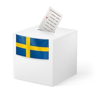 Elección en suecia: urnas con papel de voz aislado sobre fondo blanco.