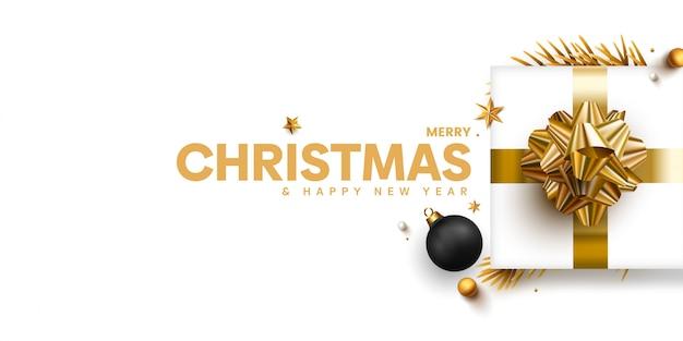 Elegante banner de navidad con regalos dorados en blanco