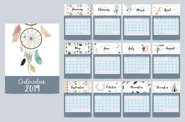 Elegante calendario mensual con atrapasueños.