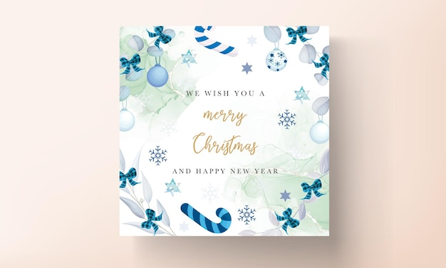 Elegante diseño de tarjeta de navidad blanca con hojas y adornos navideños