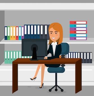 Elegante empresaria en la escena de la oficina