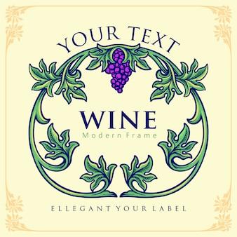 Elegante etiqueta para una botella de vino con hojas verdes y uva