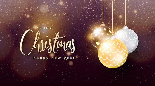 Elegante fondo de navidad con bolas de navidad doradas y plateadas