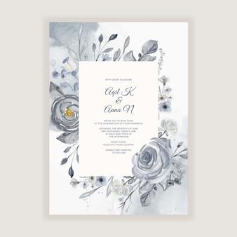 Elegante invitación de boda en acuarela con flores azul marino y blancas.