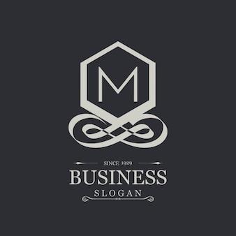 Elegante logotipo plateado con la letra m