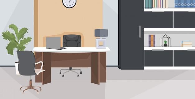 Elegante lugar de trabajo con monitor de computadora en la oficina moderna sala de estar o gabinete interior vacío apartamento de nadie con muebles planos horizontales