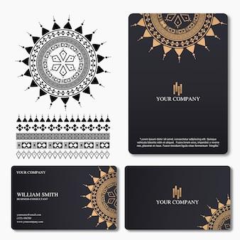 Elegante y lujosa tarjeta de visita con adorno de mandala.