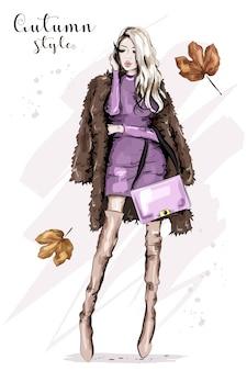 Elegante mujer joven en chaqueta de piel con bolsa
