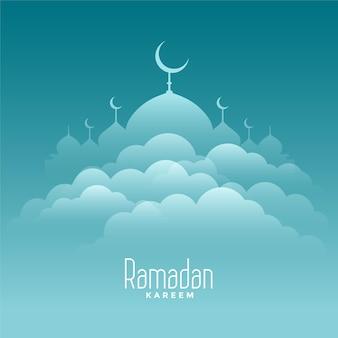 Elegante tarjeta de ramadan kareem con nubes y mezquita
