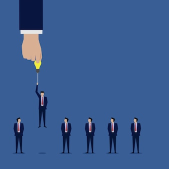 Elegir a mano empresario con idea para el siguiente nivel superior.