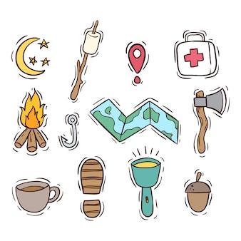 Elementos de camping de verano con estilo dibujado a mano coloreado