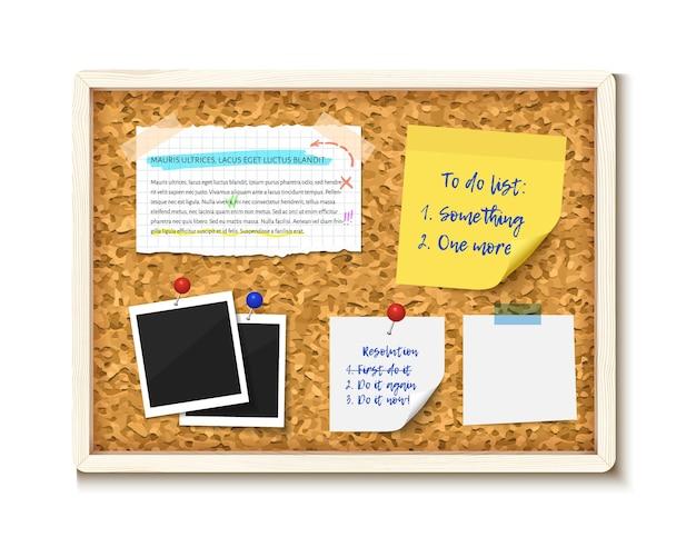 Elementos clavados en un tablero de corcho con marco de madera. fotos, nota adhesiva, papel de cuaderno roto, lista de tareas