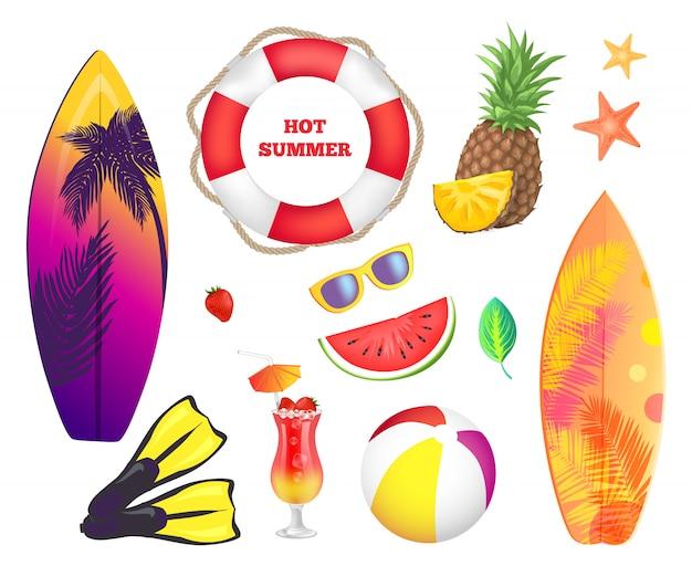 Elementos de playa de verano. tablas de surf, frutas, cócteles.