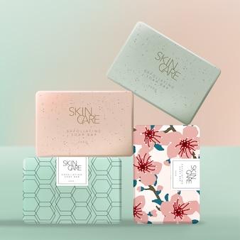 Embalaje de papel de envoltura de jabón exfoliante o exfoliante con flor floral japonesa sakura o patrón geométrico. rosa y verde.