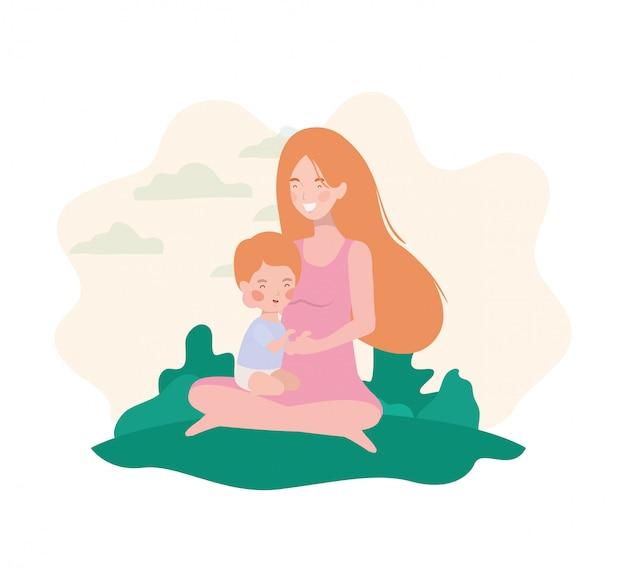 Embarazada linda madre sentada con un niño pequeño en el campamento