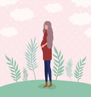 Embarazo linda mujer en el paisaje