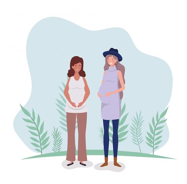 Embarazo lindo de las mujeres en el paisaje