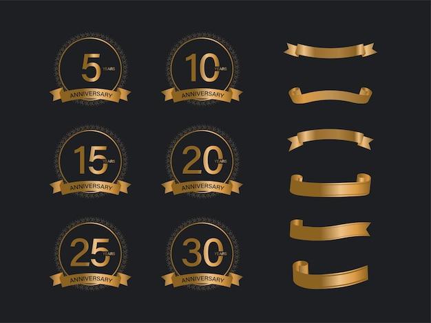 Emblema de aniversario con cinta dorada sobre fondo negro.