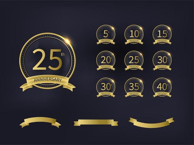 Emblema de aniversario con números y cinta dorada sobre fondo negro.