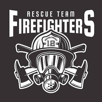 Emblema de bomberos, etiqueta o camiseta estampada con cabeza de bombero en casco y dos ejes cruzados sobre fondo oscuro