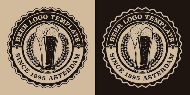 Emblema de cerveza vintage en blanco y negro con un vaso de cerveza