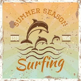 Emblema, insignia, etiqueta o logotipo vintage coloreado de surf con delfines ilustración vectorial sobre fondo brillante