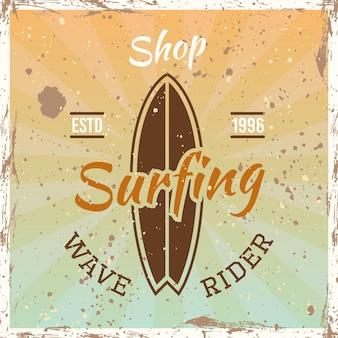 Emblema, insignia, etiqueta o logotipo vintage coloreado de surf con la ilustración de vector de tabla de surf sobre fondo brillante